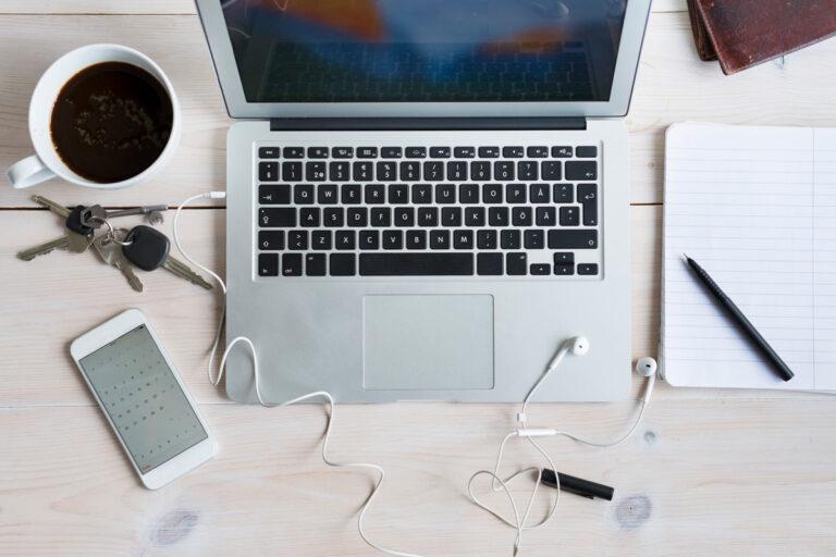Desk-cell-phone-flatlay-goal-setting-blog-post